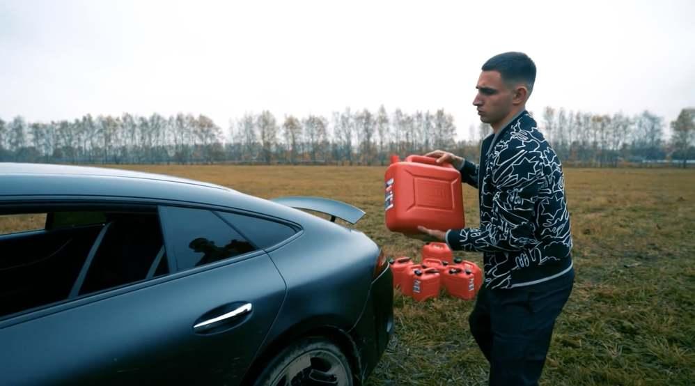 Hành động dứt khoát của chàng trai với chiếc xe đắt tiền khiến nhiều người bất ngờ. (Ảnh: Cắt từ clip).