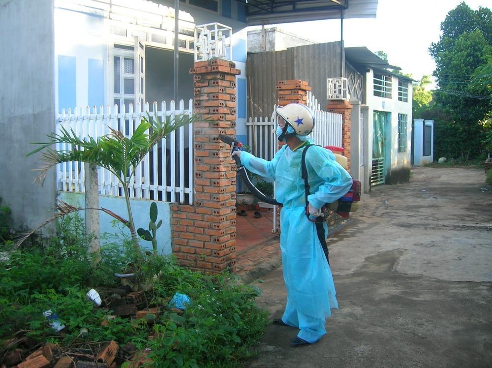 Mùa mưa muỗi cũng xuất hiện nhiều hơn nên các gia đình thường thuê người đến phun thuốc diệt muỗi(Ảnh: Sức Khỏe Đời Sống)