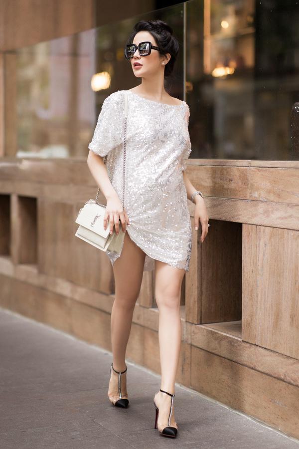 Diệp Lâm Anh cũng là bà bầu đam mê đi giày cao gót ở Vbiz. (Ảnh: FBNV)