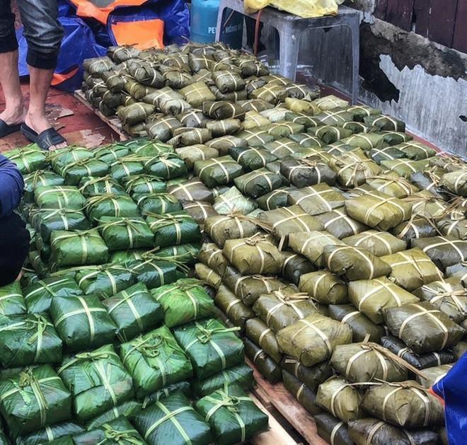 Hàng nghìn chiếc bánh chưng được gói để chuyển vào cho bà con miền Trung (Ảnh: Thanh NIên)