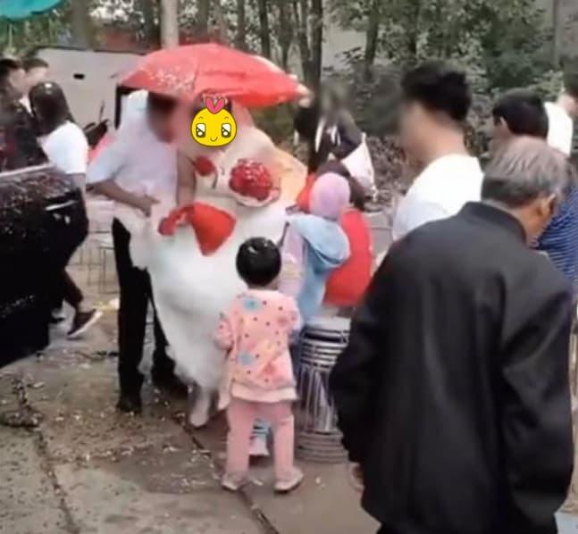 Cô dâu được chào đónngay khi vừa đến nhà chú rể. (Ảnh cắt từ clip)
