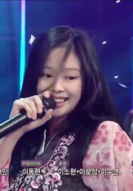 Jennie để mặt mộc khi lên sân khấu biểu diễn. (Ảnh: Chụp màn hình)