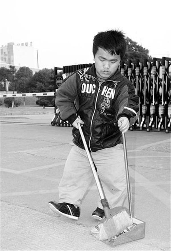 Anh Zhang Gong chỉ cao 1,15m nên khá khó khăntrong cuộc sống hàng ngày. (Ảnh: The News)