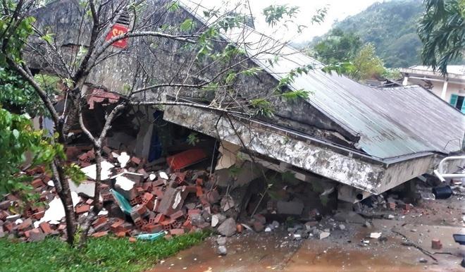 Khu vực dãy nhà nơi các chiến sĩ ở bị đổ sập xuống do sạt lở (Ảnh: Zing)