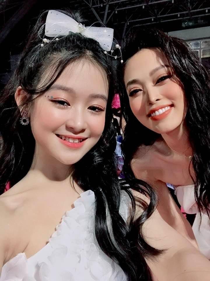 Có thể thấy cô bé trang điểm, làm tóc chỉn chu không kém Á hậu 1 Hoa hậu Việt Nam 2018. (Ảnh: FBNV)