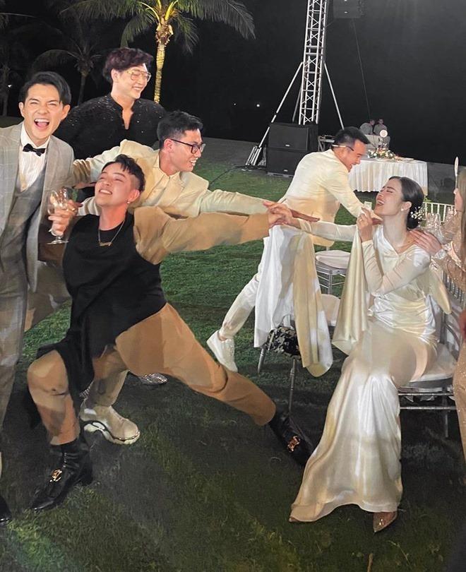 Sau nhiều giờ đứng trên sân khấu làm lễ hay đi bàn tiệc, Đông Nhi cũng cụng lynhưng khôngquên tạo kiểu hài hước để chụp hình cùng mọi người. (Ảnh: FBNV) - Tin sao Viet - Tin tuc sao Viet - Scandal sao Viet - Tin tuc cua Sao - Tin cua Sao