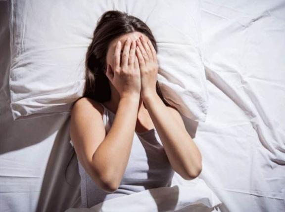 Xem phim kinh dị có thể gây mất ngủ (Ảnh: Tạp chí Đông Y)