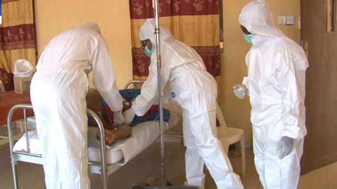 Nhân viên y tế mặc đồ bảo hộ chăm sóc người bệnh. (Ảnh: AP).