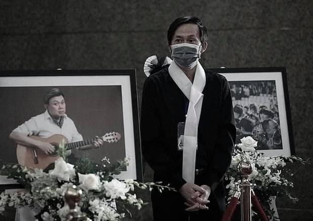 Được biết, nghệ sĩ Hoài Linh cố vùi mình trong công việc để không đối diện với thực trạng vừa mới mất một người anh gắn bó với mình 20 mấy năm (Ảnh: FBNV). - Tin sao Viet - Tin tuc sao Viet - Scandal sao Viet - Tin tuc cua Sao - Tin cua Sao