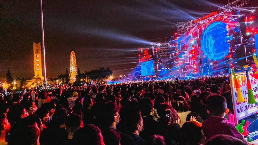 Khu vực sân khấu biểu diễn nghệ thuật chào năm mới 2021 thu hút người dân Đà Nẵng. (Ảnh: 8 Đà Nẵng).