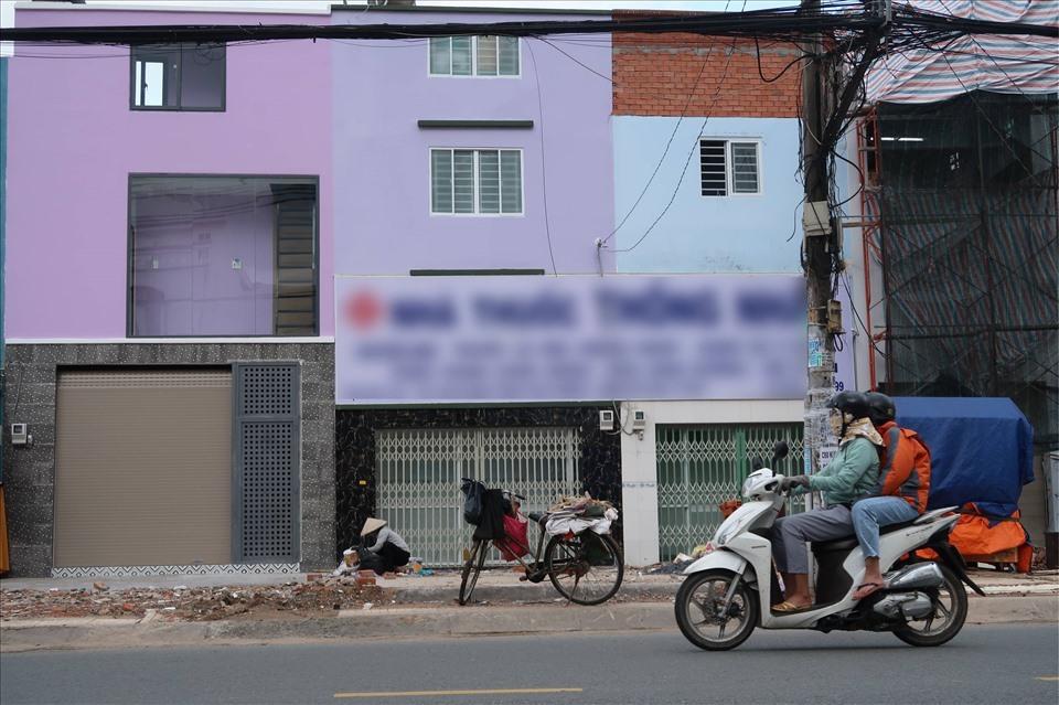 Mặt tiền đường của những căn nhà này khoảng 3m nhưng chiều sâu chưa tới 1m thì cũng khó có thể sinh sống bình thường được. (Ảnh: Lao động)