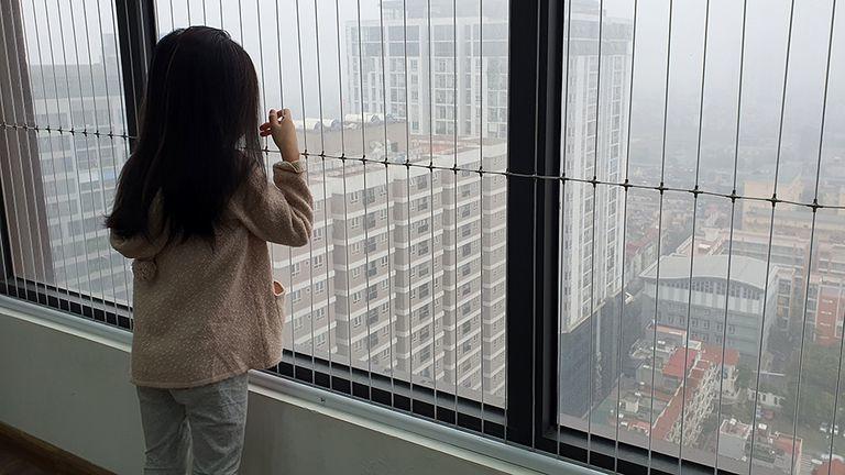 Cứ nhắc đến chung cư, nhiều người lại lo sợ vì cửa sổ, ban công. (Ảnh minh họa: Thanh niên)