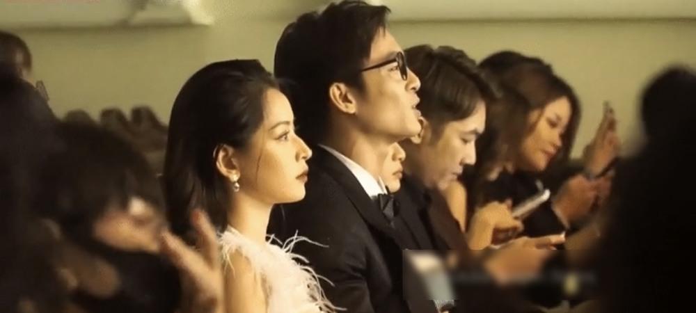 Nam diễn viên Lãnh Thanh sau đó cũng rời mắt khỏi điện thoại và hoà giọng vào bài hát. (Ảnh cắt từ clip)