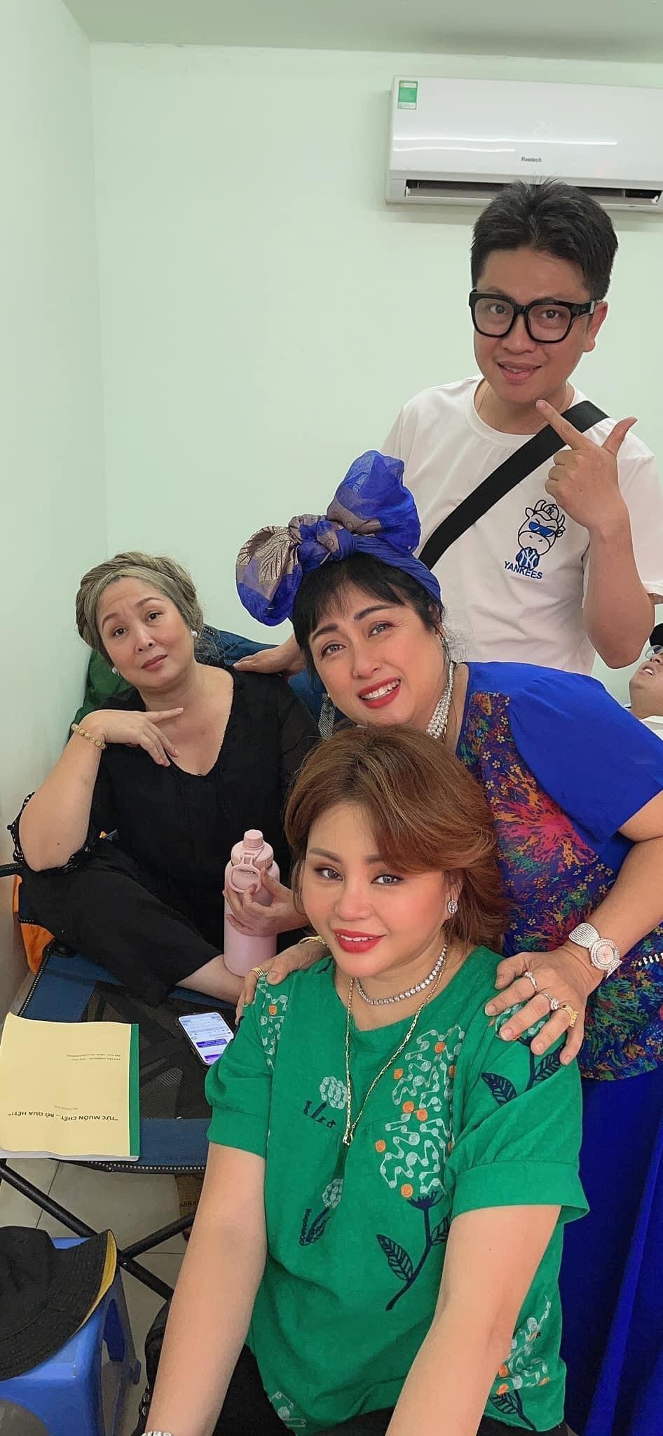 Các nghệ sĩ thân thiết trong hậu trường, cả ngoài đời. (Ảnh: FBNV) - Tin sao Viet - Tin tuc sao Viet - Scandal sao Viet - Tin tuc cua Sao - Tin cua Sao