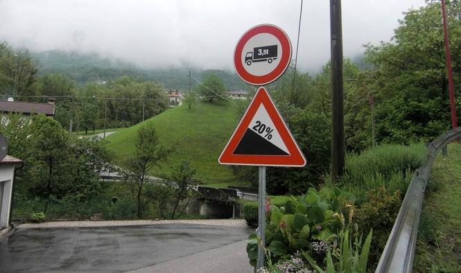 Biển báo cảnh báođộ dốc tại một khúc cuađường lên núi. (Ảnh: Dân Trí)