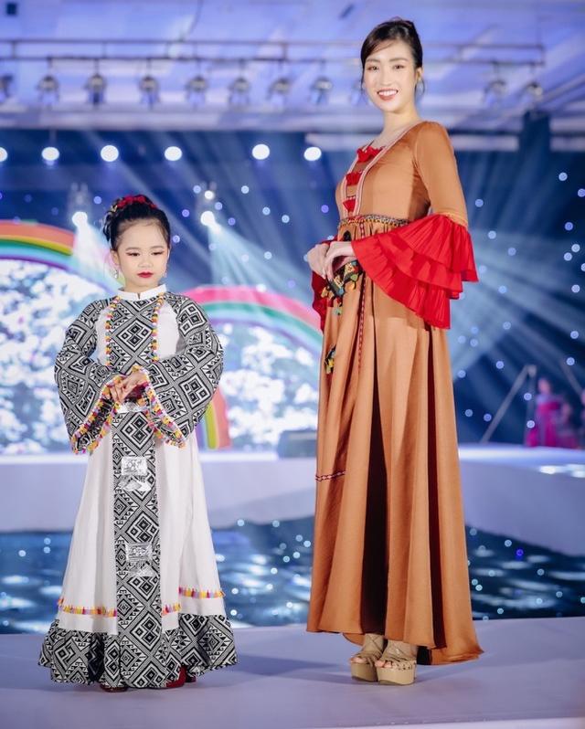 Hoàng Vân biểu diễn thời trang cùng Hoa hậu Đỗ Mỹ Linh. (Ảnh: FB M.L)