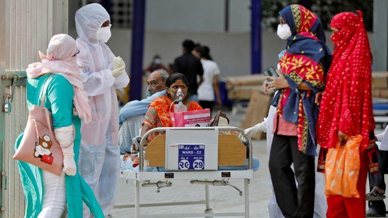 Không đủ chỗ cho tất cả những người nhiễm Covid-19 tại Ấn Độ. (Ảnh: CNN)