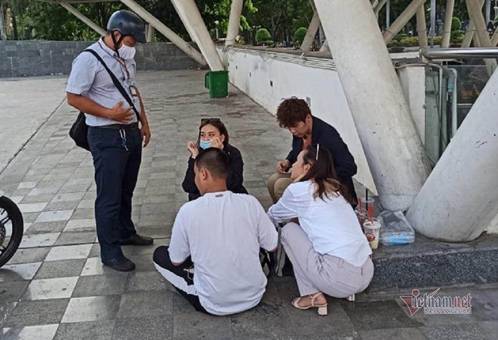 Sau khi được giải thích, cả bốn bạn trẻ đều bị phạt 8 triệu đồng cho hành vi vi phạm của mình. (Ảnh: Vietnamnet)