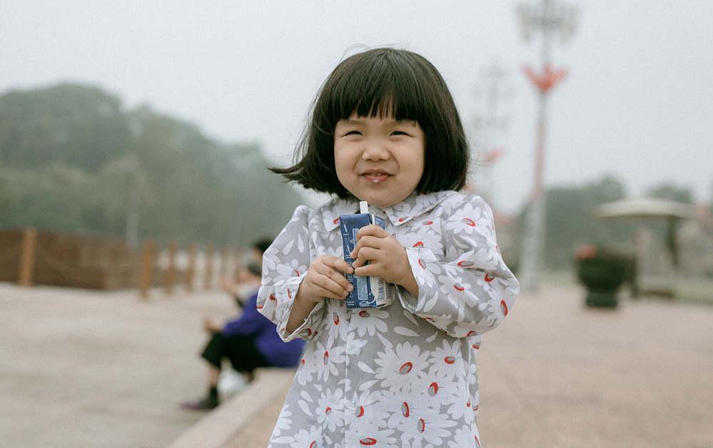 Biểu cảm đáng yêu của cô bé được cư dân mạng xuýt xoa khen ngợi. (Ảnh: Facebook Ngọc Thiện)