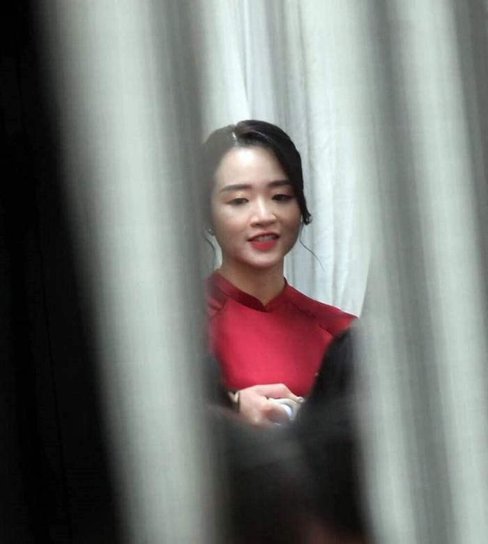 Hình ảnh xinh đẹp hiếm hoi của cô dâu Nhuệ Giang trong lễ ăn hỏi. (Ảnh: Báo Giao Thông)