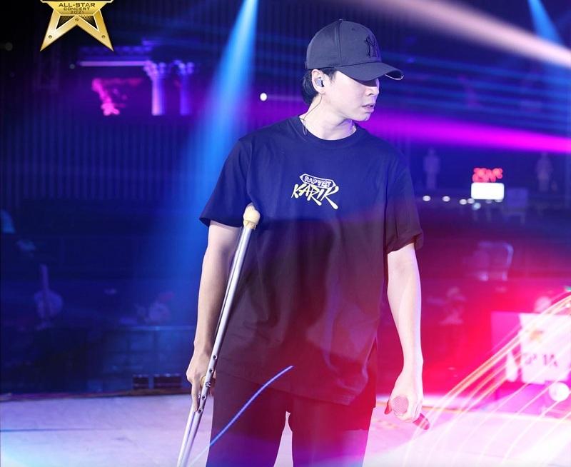 Karik xuất hiện tại buổi tổng duyệt Rap Việt với chiếc nạng trên tay. (Ảnh: Rap Việt)