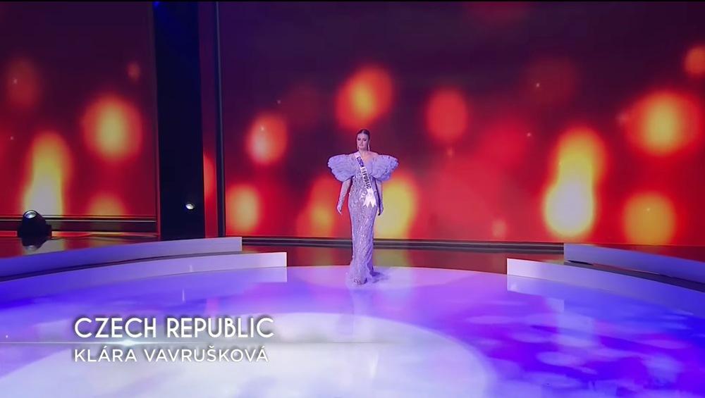 Đại diện Cộng hoà Séc xuất hiện tự tin cùng trang phục được thiết kế với điểm nhấn phần tay bồng, chất liệu nhẹ cùng màu tím nữ tính, mộng mơ. (Ảnh chụp màn hình) - Tin sao Viet - Tin tuc sao Viet - Scandal sao Viet - Tin tuc cua Sao - Tin cua Sao