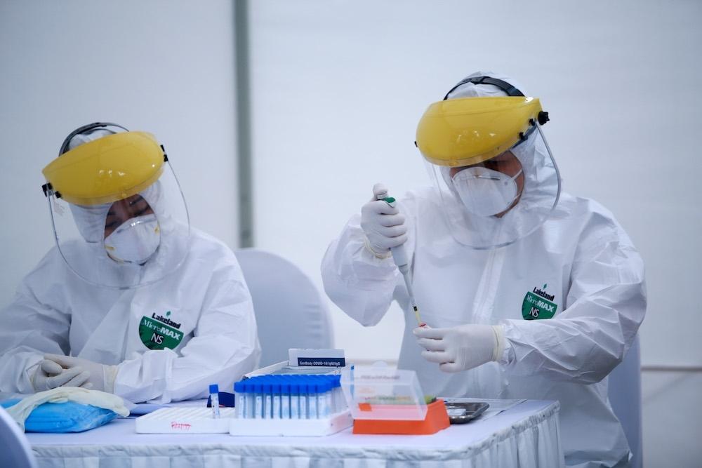 Nhân viên y tế lấy mẫu xét nghiệm Covid-19. (Ảnh: Báo Nhân dân)
