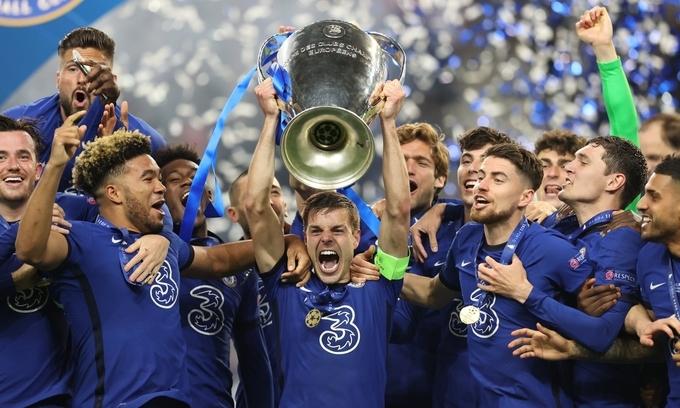 Azpilicueta đạidiện Chelsea nâng danh hiệu Champions League 2020-2021. (Ảnh:UEFA)