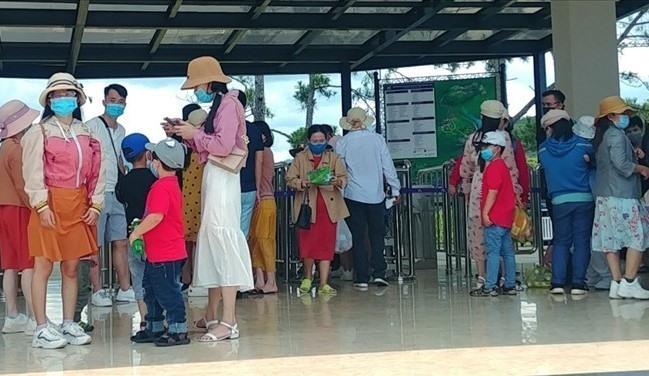 Nhiều du khách trongđó có trẻ em phảiđợi chờ rất lâuđể mua vé vào cácđiểm tham quan. (Ảnh: LaoĐộng)