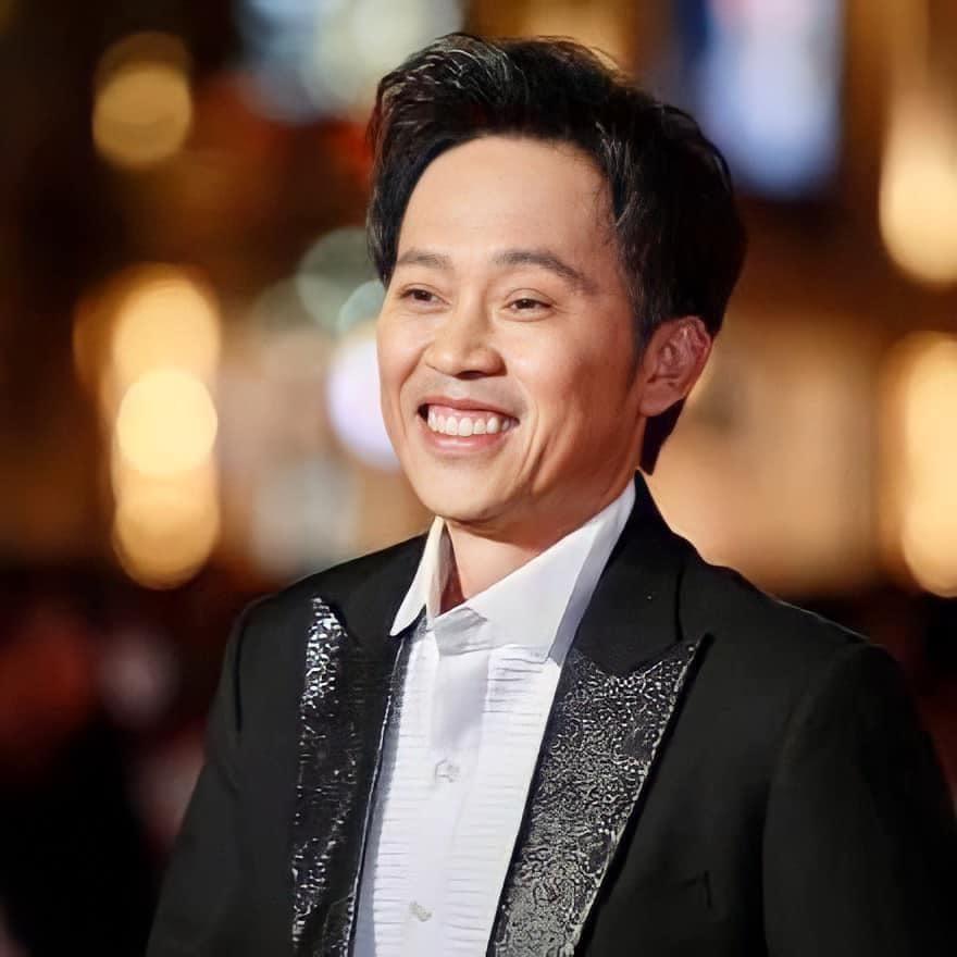 Hoài Linh vướng vào lùm xùm lớn trong sự nghiệp, đối diện với sự tẩy chay gay gắt của khán giả. (Ảnh: FBNV)