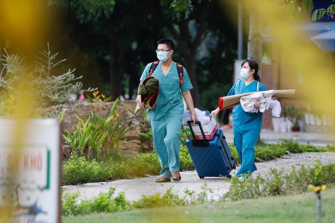 Nhân viên y tế đang dọn đồ.(Ảnh: VnExpress)