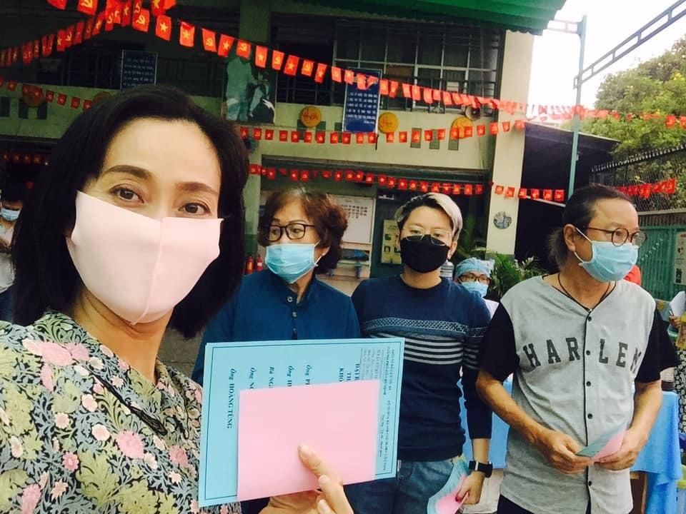 Sáng nay nữ diễn viên cùng với gia đình đã đến điểm bầu cử (Ảnh: FBNV). - Tin sao Viet - Tin tuc sao Viet - Scandal sao Viet - Tin tuc cua Sao - Tin cua Sao
