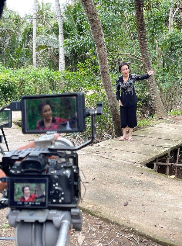 Nhiều khán giả thắc mắc khi Việt Hương đi quay phim mùa dịch. (Ảnh: FBNV) - Tin sao Viet - Tin tuc sao Viet - Scandal sao Viet - Tin tuc cua Sao - Tin cua Sao