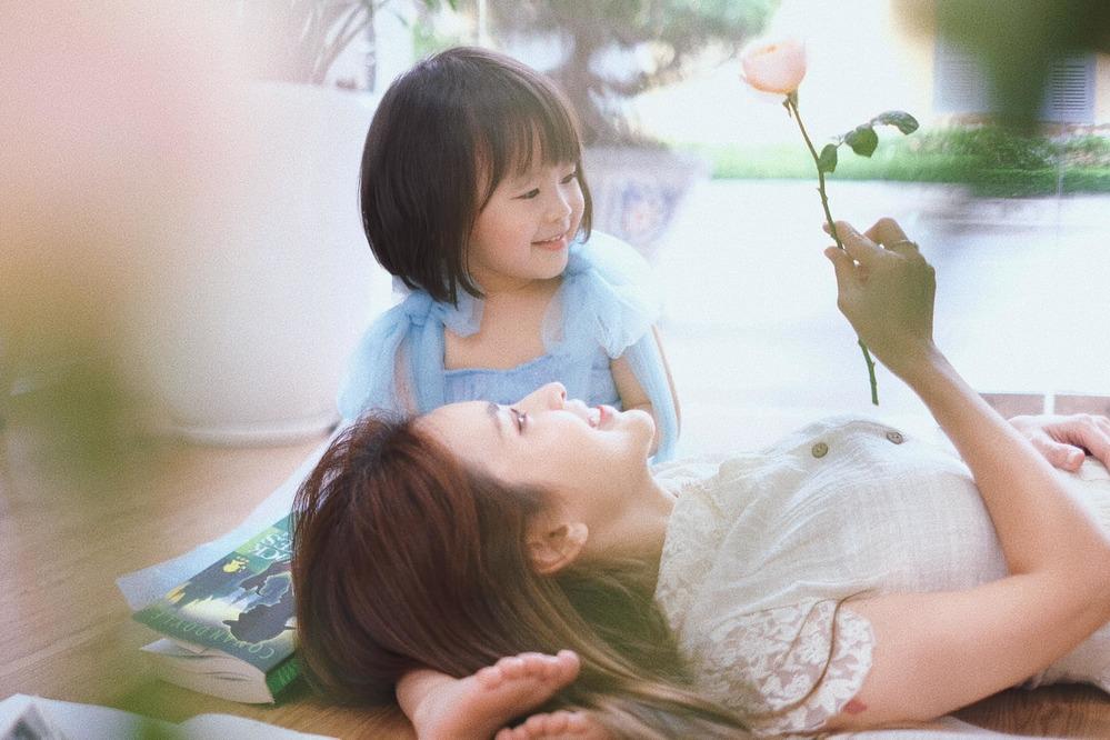 Visual xinh ngất ngây của Tú Vi và con gái khiến dân tình phải mê mẩn. (Ảnh: FBNV)