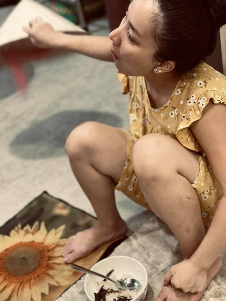 Quỳnh Quỳnh ăn mặc giản dị khi ở nhà. (Ảnh: FBNV) - Tin sao Viet - Tin tuc sao Viet - Scandal sao Viet - Tin tuc cua Sao - Tin cua Sao