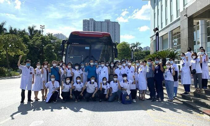 Y bác sĩ Bệnh viện K đi chi viện TP HCM chiều 27/7. (Ảnh:Hà Trần)