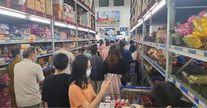 Đến tối lượng người mua sắm vẫn còn rấtđông. (Ảnh: Người LaoĐộng)