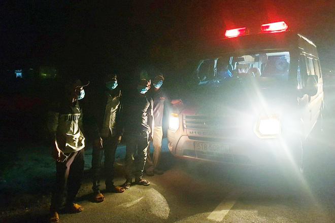 Chuyến xe đưa 4 ngư dân đi bộ về Phú Yên. (Ảnh: Báo Phú Yên)