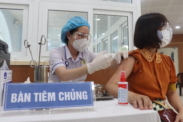 Người tham gia tiêm chủng trong đợt triển khai lần 4. (Ảnh: VnExpress)