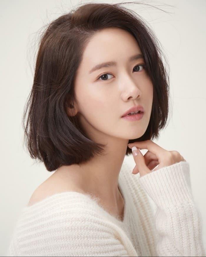 YoonAcòn chấp luôn cả phong cách nữ tính, nhẹ nhàng khi sở hữu mái tóc ngắn. (Ảnh: Twitter)