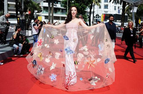 Angela Phương Trinh ghi điểm tốt trong mắt bạn bè quốc tế với trang phục lấy cảm hứng từ đại dương. (Ảnh: FBNV)