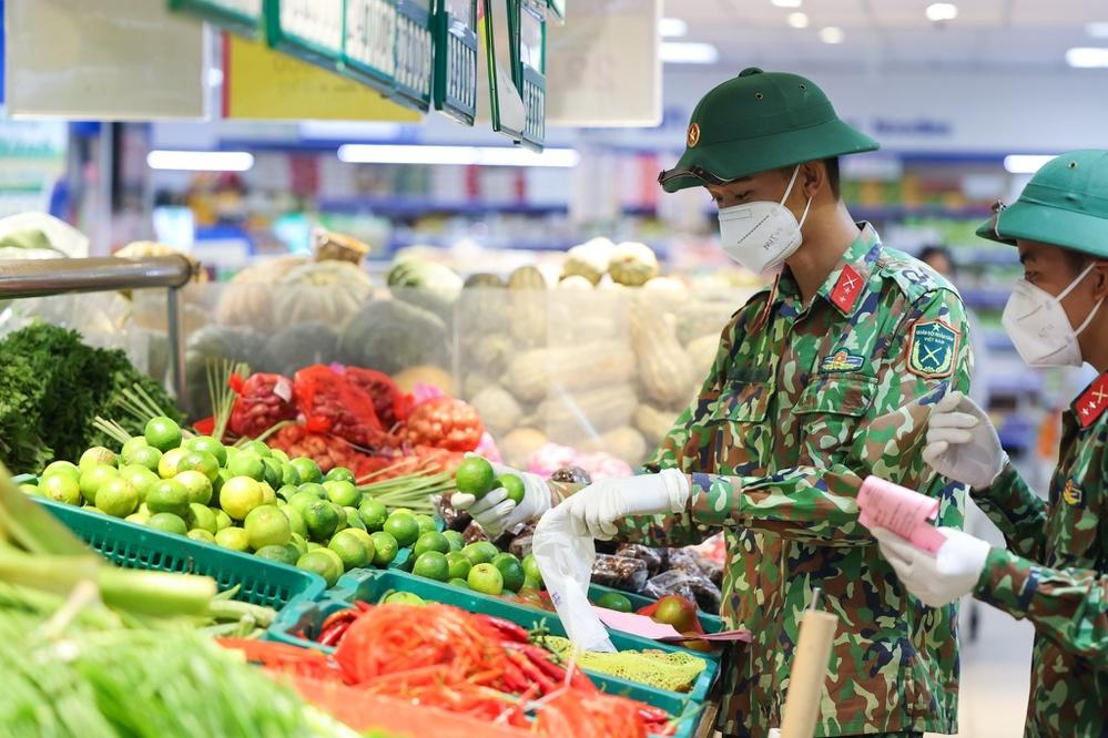 Các quân nhânphải đến tận các siêu thị để chọn đồ hộ bà con. (Ảnh: Thanh niên)