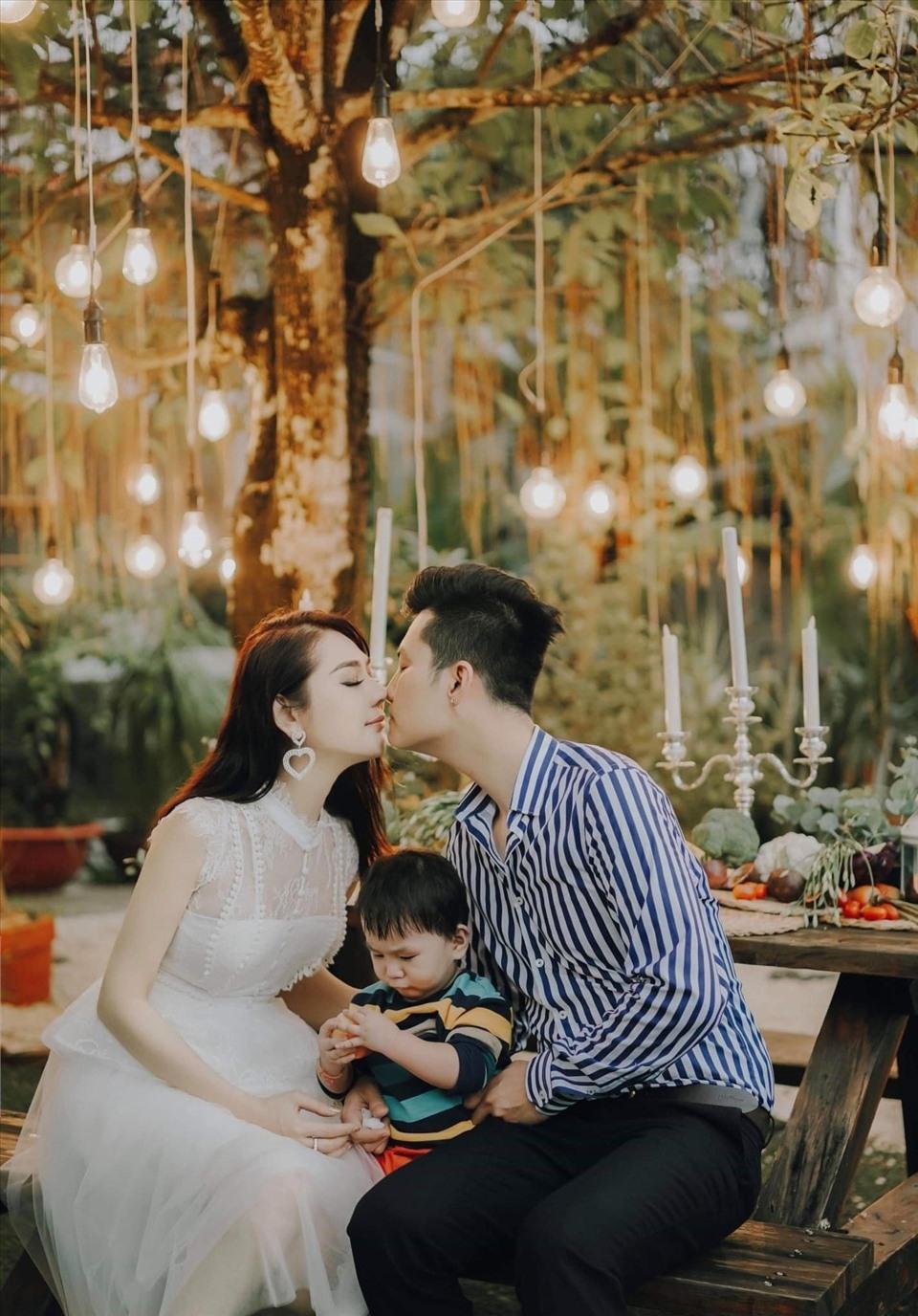 Hai vợ chồng Lâm Khánh Chi vô cùng hạnh phúc khi chào đón quý tử vàhết lòng chăm sóc và cưng chiều con trai. (Ảnh: FBNV) - Tin sao Viet - Tin tuc sao Viet - Scandal sao Viet - Tin tuc cua Sao - Tin cua Sao