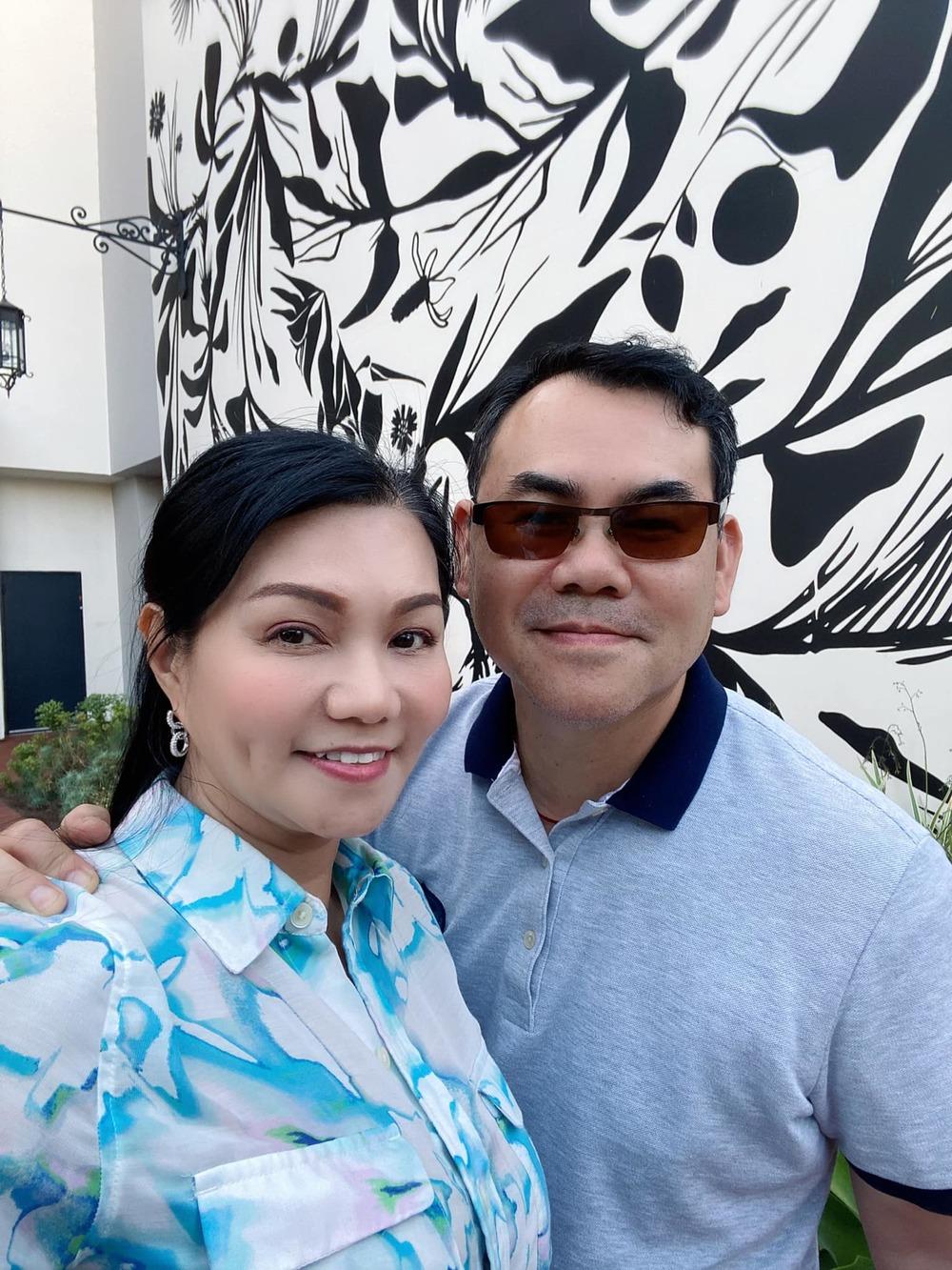 Tình cảm của hai vợ chồng Ngọc Huyền vẫn thắm thiết như thời mới cưới. (Ảnh: FBNV)