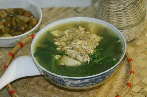 Bát canh cua ngon không chỉ bởi hương vị mà còn thể hiện qua hình thức món ăn.