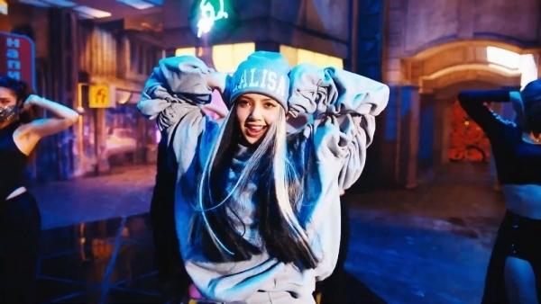 Lisa khoe tài vũ đạo và khả năng rapthần sầu trong MV debut solo. (Ảnh: Chụp màn hình)