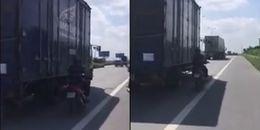 Sốc với người đàn ông đánh cược mạng sống của mình chỉ để... che nắng trên đường cao tốc