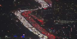 Choáng với con đường dài hàng trăm mét tại Los Angeles được phủ sáng trong ngày lễ Tạ ơn
