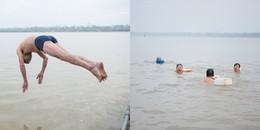 Hà Nội: Sốc với cảnh người dân bơi lội giữa sông Hồng trong cái lạnh