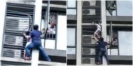 Thót tim cảnh tượng người cha trèo ra ban công tầng 7 cứu con trai đang bị
